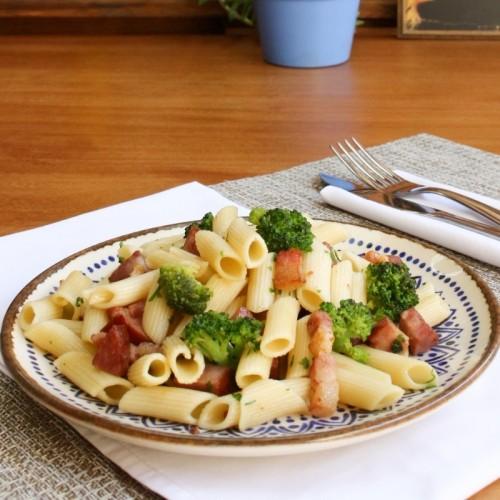 Macarrão com Brócolis, Linguiça e Bacon (sob encomenda)